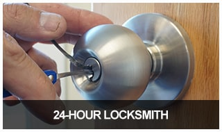 Image of a locksmith picking a door lock